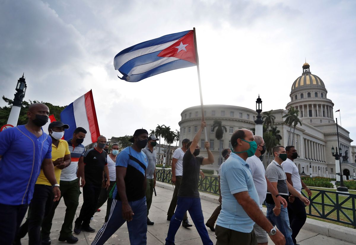 Simpatizantes del gobierno de Miguel Diaz-Canel se manifiestan frente al Capitolio, sede de la Asamblea Nacional, en La Habana.