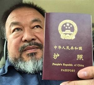 El artista chino dio a conocer que las autoridades le habían devuelto el documento que le permite salir de China con esta fotografía que subió a su cuenta de Twitter e Instagram.