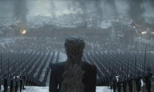 Daenerys Targaryen arenga a sus tropas tras la salvaje destrucción de Desembarco del Rey, en el último episodio de la última temporada de 'Juego de tronos'.