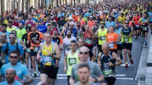 Los atletas del Marató de Barcelona 2019 por la calle de Sants de Barcelona.