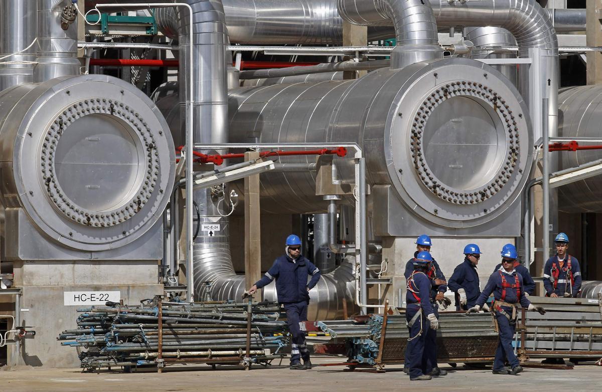 Trabajadores de la compañía de petróleo portuguesa GALP en la refinería de Sines, al sur de Lisboa.