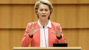 La presidenta de la Comisión Europea, Ursula von der Leyen, este lunes en el Parlamento de Bruselas.