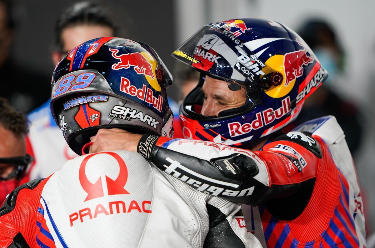 El francés Johan Zarco, a la derecha, felicita y abraza, ayer, a su compañero Jorge Martín.
