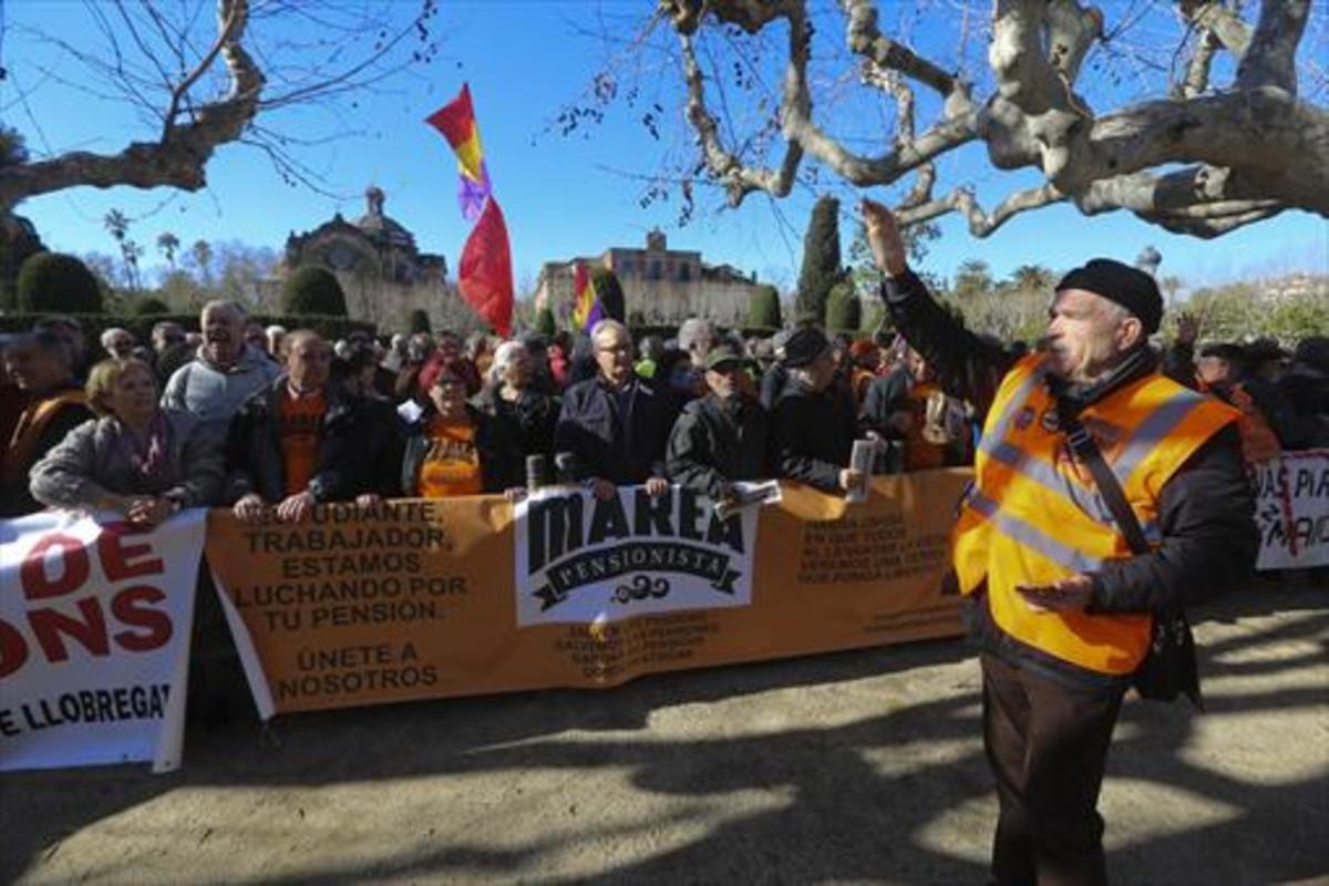 Manifestación de protesta de la organización Marea Pensionista ante el Parlament.