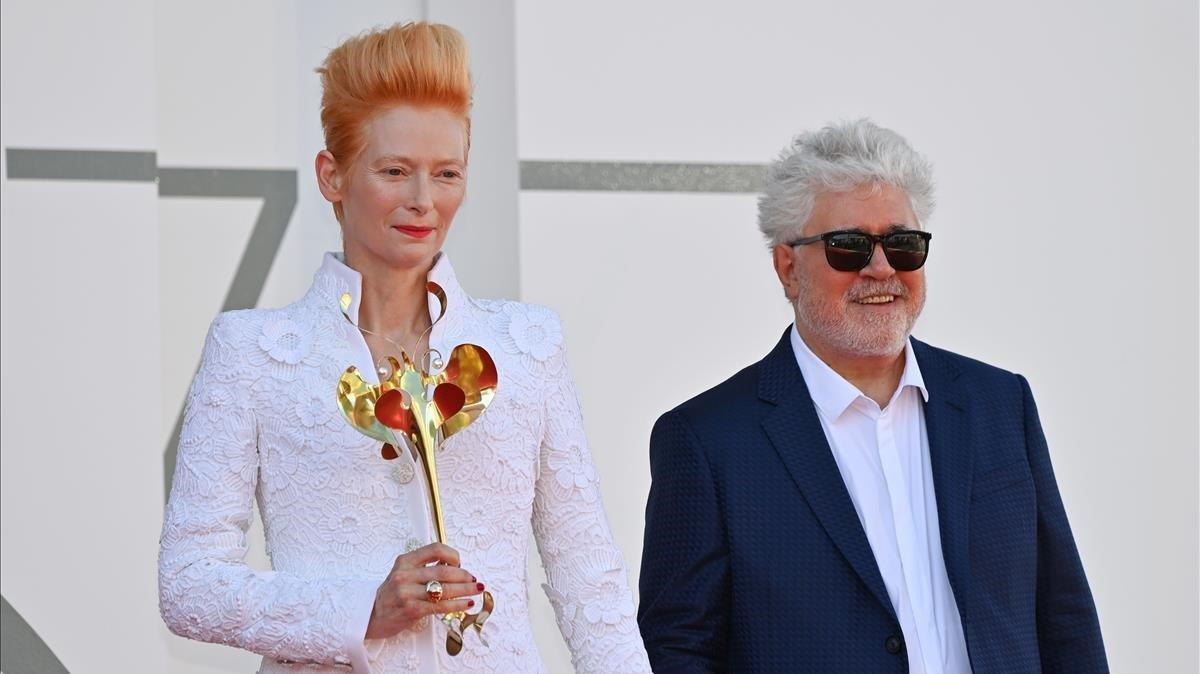 La actriz Tilda Swinton y el director Pedro Almodóvaren el festival de cine de Venecia.