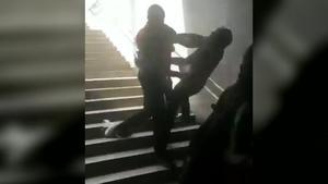 TMB abre expediente a dos vigilantes de metro por tirar por las escaleras a un usuario en La Sagrera