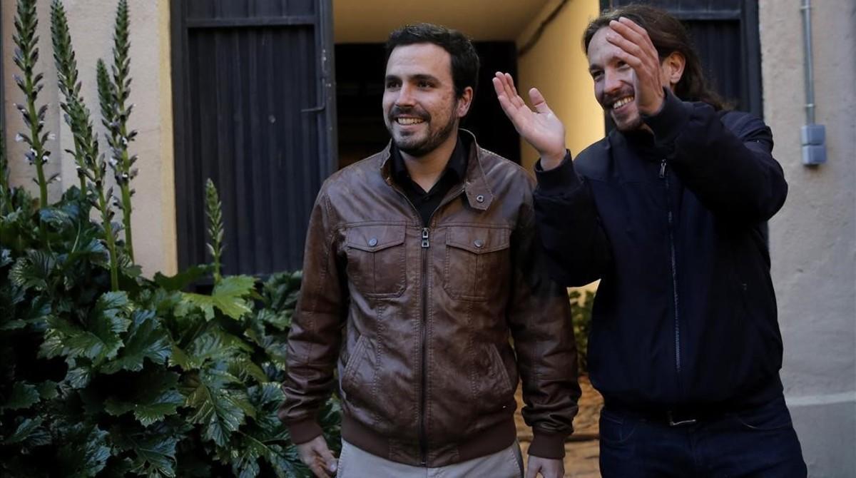 Pablo Iglesias y Alberto Garzón llegan a la Sala Mirador, en Madrid,para presentar su acuerdo de coalición.