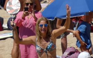 La extenista Arantxa Sánchez Vicario jugando a palas en la playa.