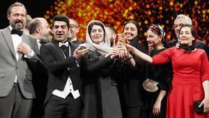 El equipo de 'There is No Evil' festeja el premio en Berlín sin su director, preso en Irán.