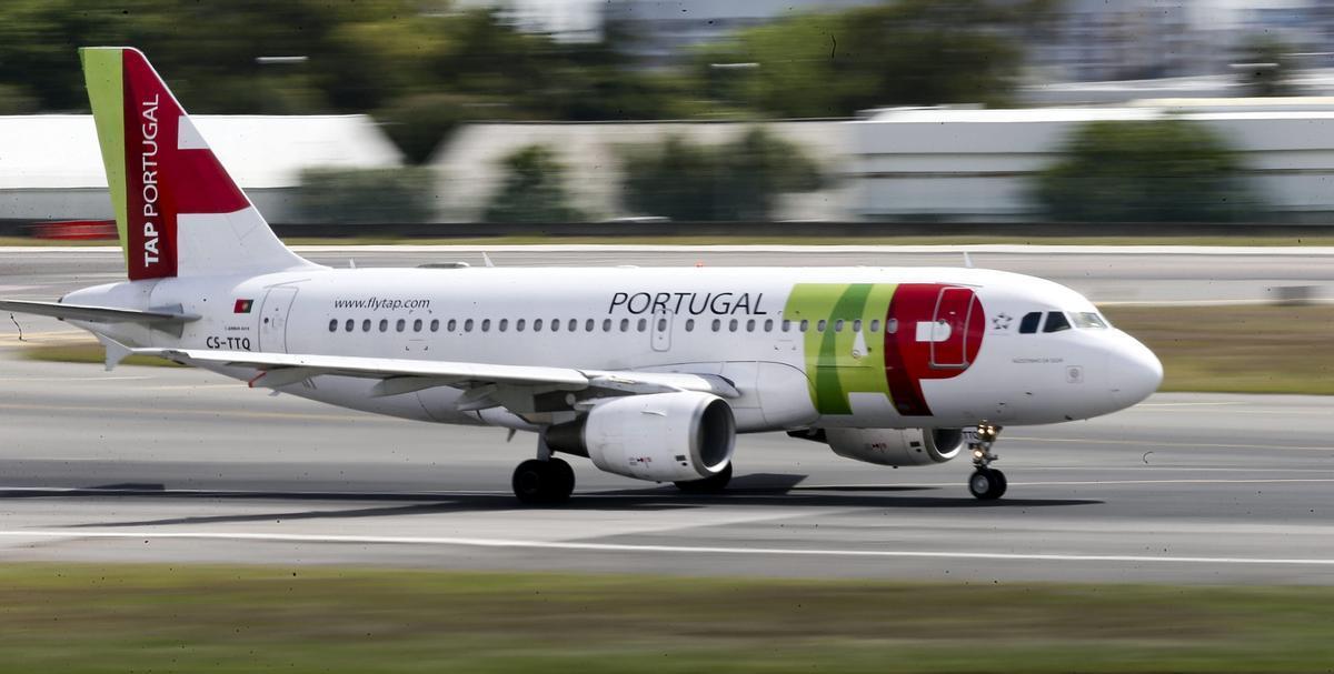 Un avión de la aerolínea TAP aterrizando en el aeropuerto de Lisboa.