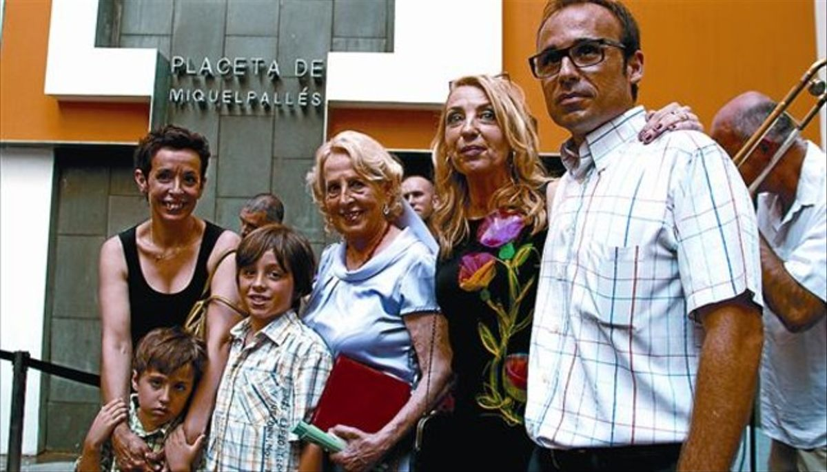 La viuda Carolina, las hijas Carolina y Mercè, el yerno y los nietos de Miquel Pallés, ayer en su plaza.