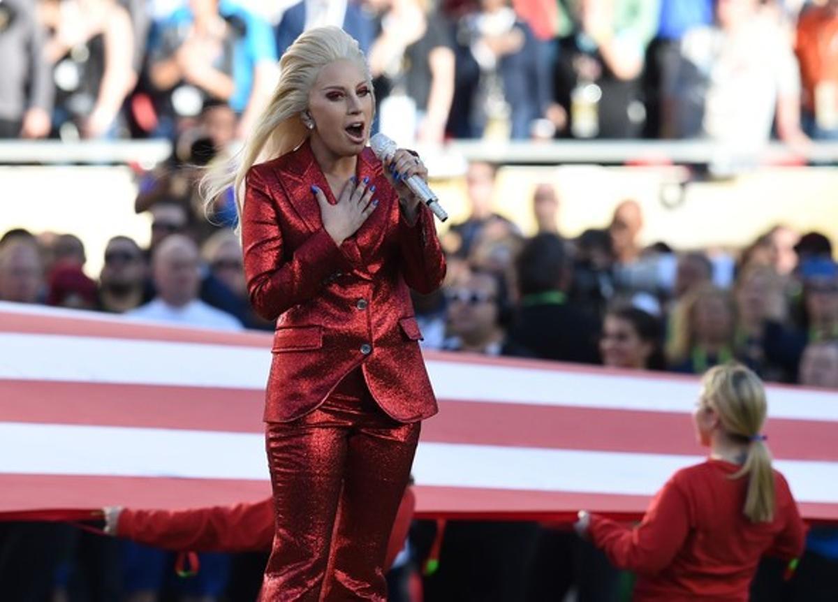 Lady Gaga canta el himno nacional de EEUU antes del inicio de la Super Bowl, en el estadio Levi's de Santa Clara.