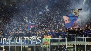 Hinchas de la Atalanta en el partido contra el Valencia en Milán.