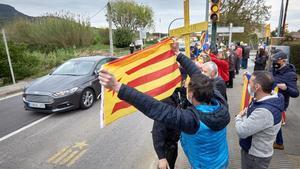 Un pequeño grupo de manifestantes independentistas abuchean al presidente del Gobierno, Pedro Sanchez,  a su llegada a la farmacéutica Hipra en Girona.
