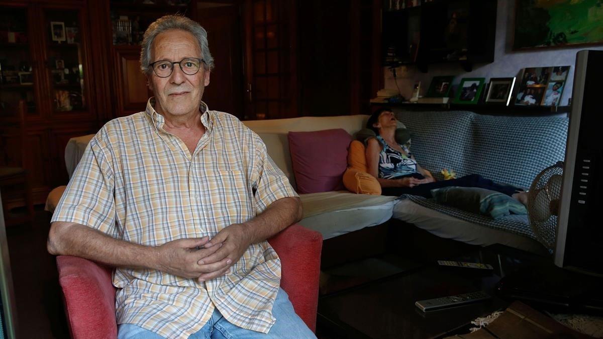 Josep Ros cuida de su esposa Flora, que está enferma de alzhéimer.