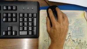Una persona en un ordenador de mesa.