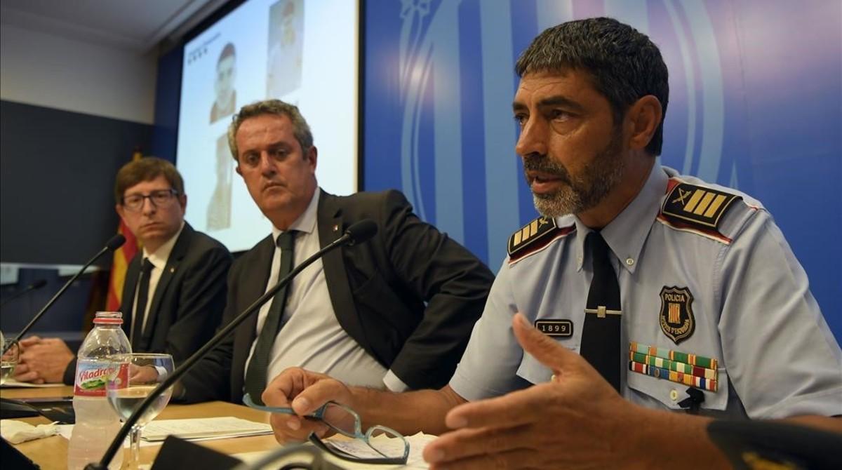 El mayor de lps Mossos, Josep Lluís Trapero, con los consellers de Interior, Joaquim Forn, y el de Justícia, Carles Mundó.