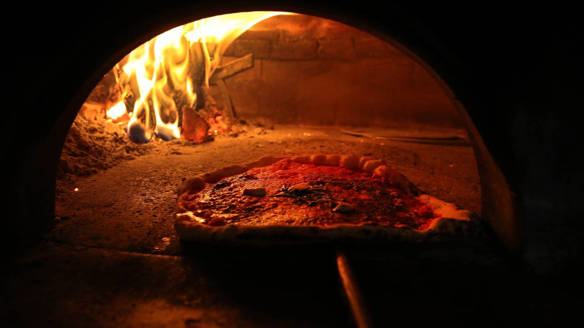 El horno de leña de la pizzería Madre Lievito, la embajada oficiosa de Nápoles en Poblenou.