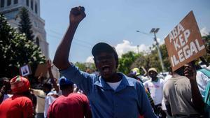 Manifestantes gritan consignas, tras una misa en la iglesia de San Pedro de Pétion-Ville, en Puerto Príncipe.