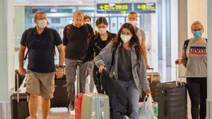 Llegada de turistas a la T1 del aeropuerto de Barcelona-El Prat.