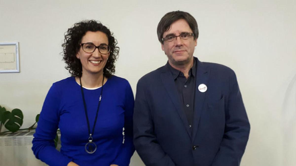 La dirigente de ERC, Marta Rovira, junto al 'president' de la Generalitat cesado, Carles Puigdemont, en Bruselas.