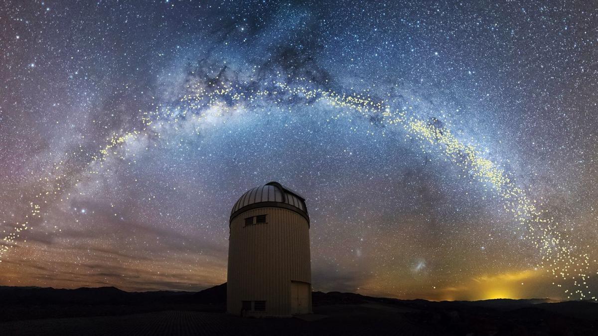 Panorámica de la Vía Láctea vista desde un observatorio astronómico.