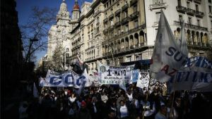 Una marcha de las centrales obreras en Argentina.