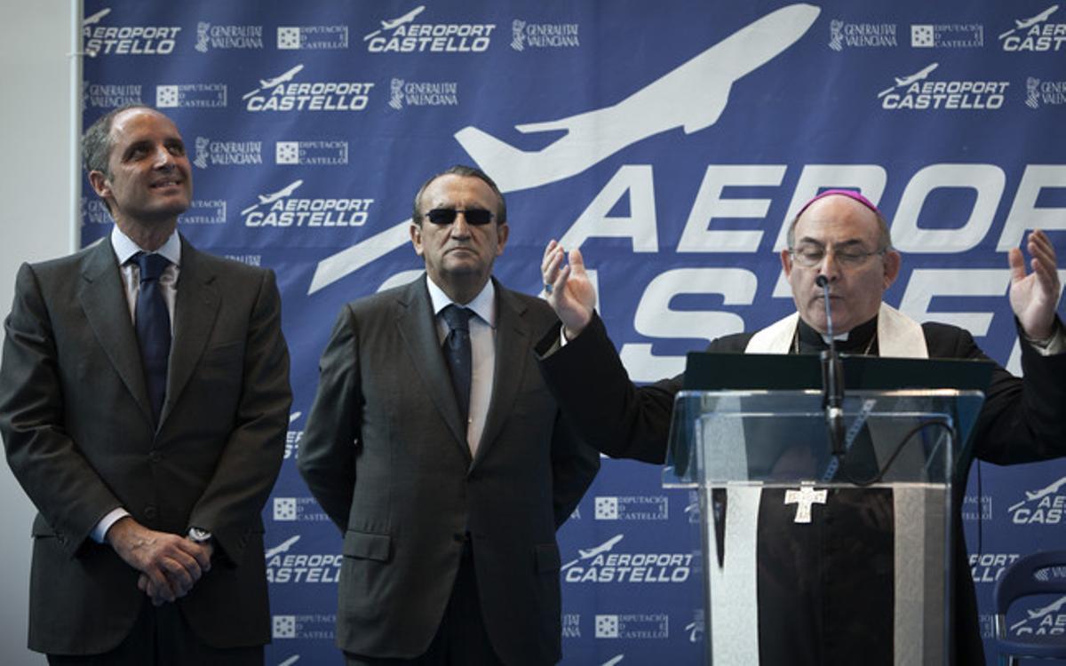 El obispo de Segorbe-Castellón, Casimiro López, junto a Francisco Camps y Carlos Fabra en marzo del 2011 en la inauguración del aeropuerto de Castellón --que casi tres años después sigue sin funcionar--.