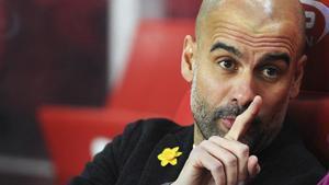 Guardiola, durante el partido ante el Stoke con un narciso amarillo.