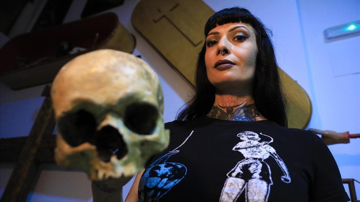 Mistress Minerva, en su sala FemDom, en Sants.