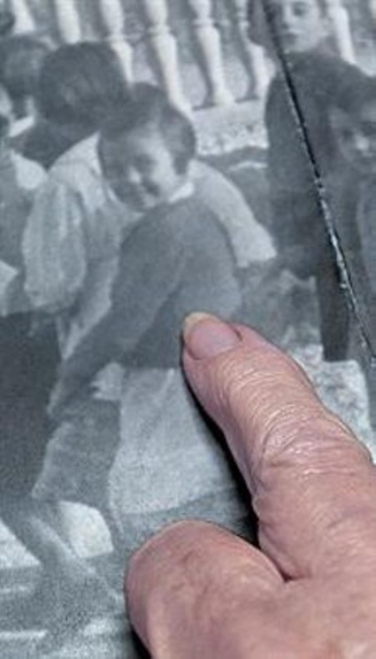 LA CLASSE DE SEGON 3 Saguées va reconèixer a la fotografia (esquerra), amb la seva companya Emilia Coma i la professora, Asunción Masvidal.