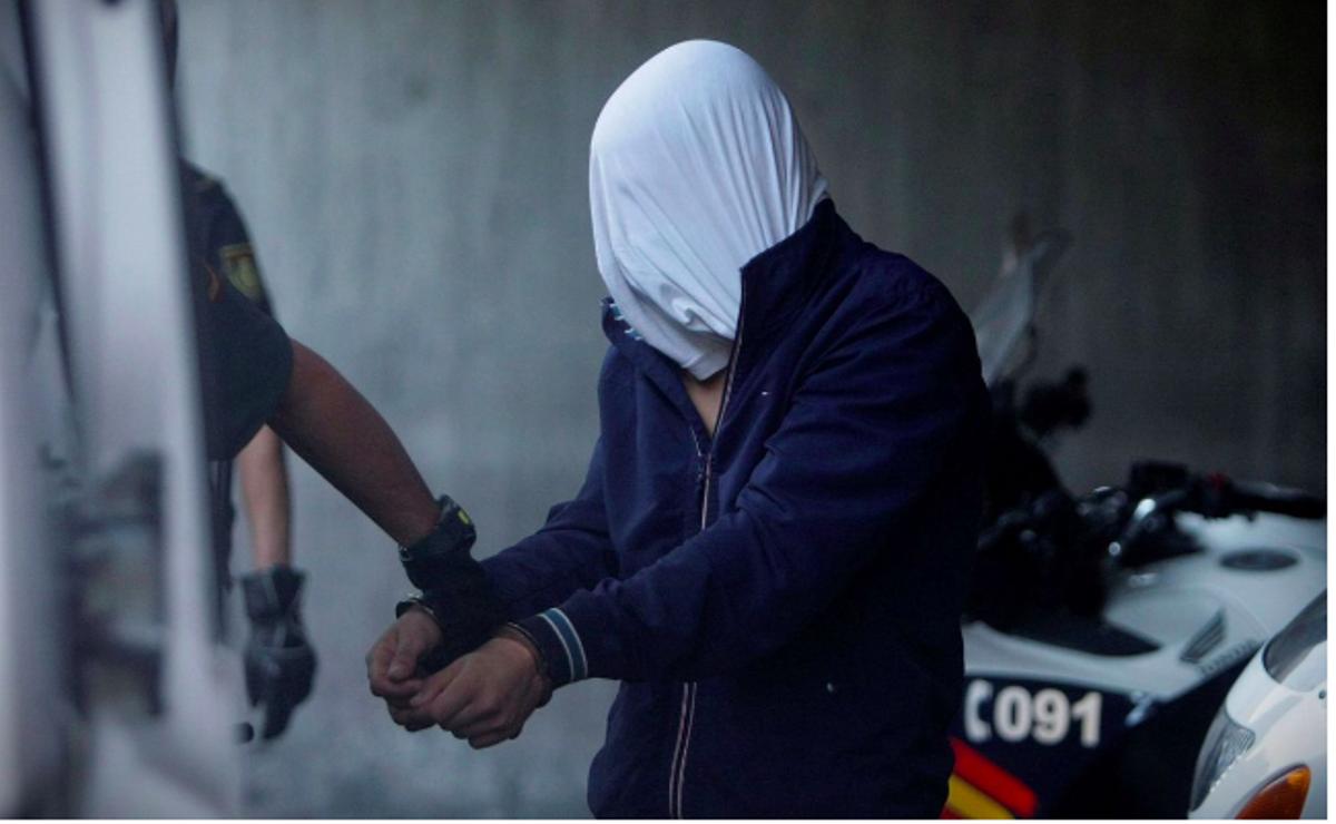 Agentes de la Guardia Civil conducen a uno de los cuatro detenidos por el homicidio de Samuel Luiz al interior de los juzgados de la Coruña.