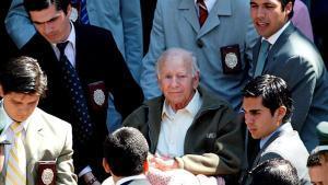 El que fuera líder de la secta Colonia Dignidad, Paul Schäfer (centro), en las dependencias de la Interpol en Santiago de Chile, en el 2005.