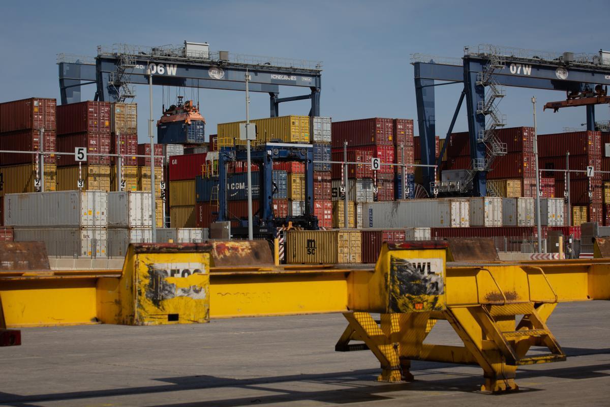 Contenedores de mercancías en el muelle de descarga del Puerto de Barcelona, el pasado 1 de abril.