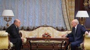 El primer ministro ruso, Mijaíl Mishustin, conversa con el presidente bielorruso, Alexander Lukashenko, este jueves en Minsk.