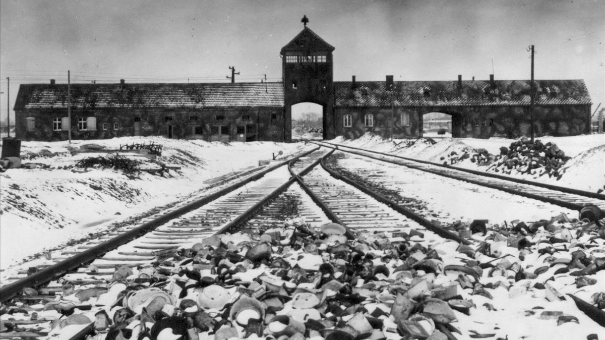 La vía de tren que conducía hasta la entrada de Auschwitz, con restos de recipientes abandonados.