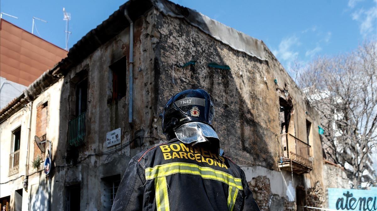 Bomberos y Guardia Urbana inspeccionan el incendio provocado.