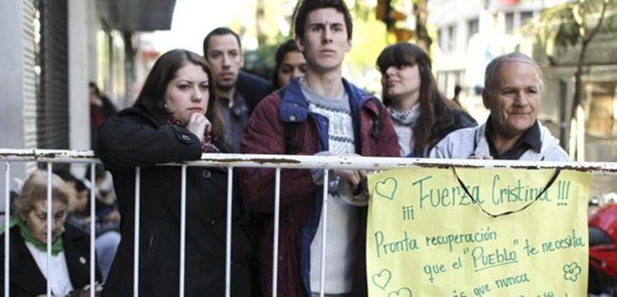 Seguidores de la presidenta Kirchner y prensa aguardan a las puertas de la Fundación Favaloro el ultimo martes.