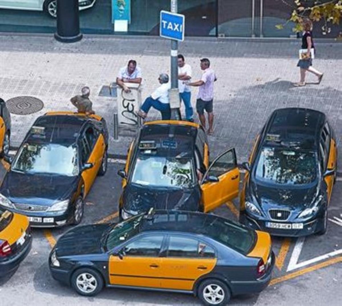 Varios taxistas aguardan la llegada de clientes en la parada de Diputació con Rambla de Catalunya, foto de archivo.