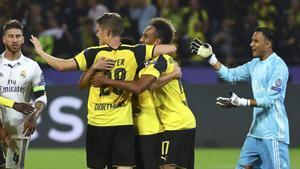 Los jugadores del Dortmund celebran el gol frente a Sergio Ramos y Keylor Navas.