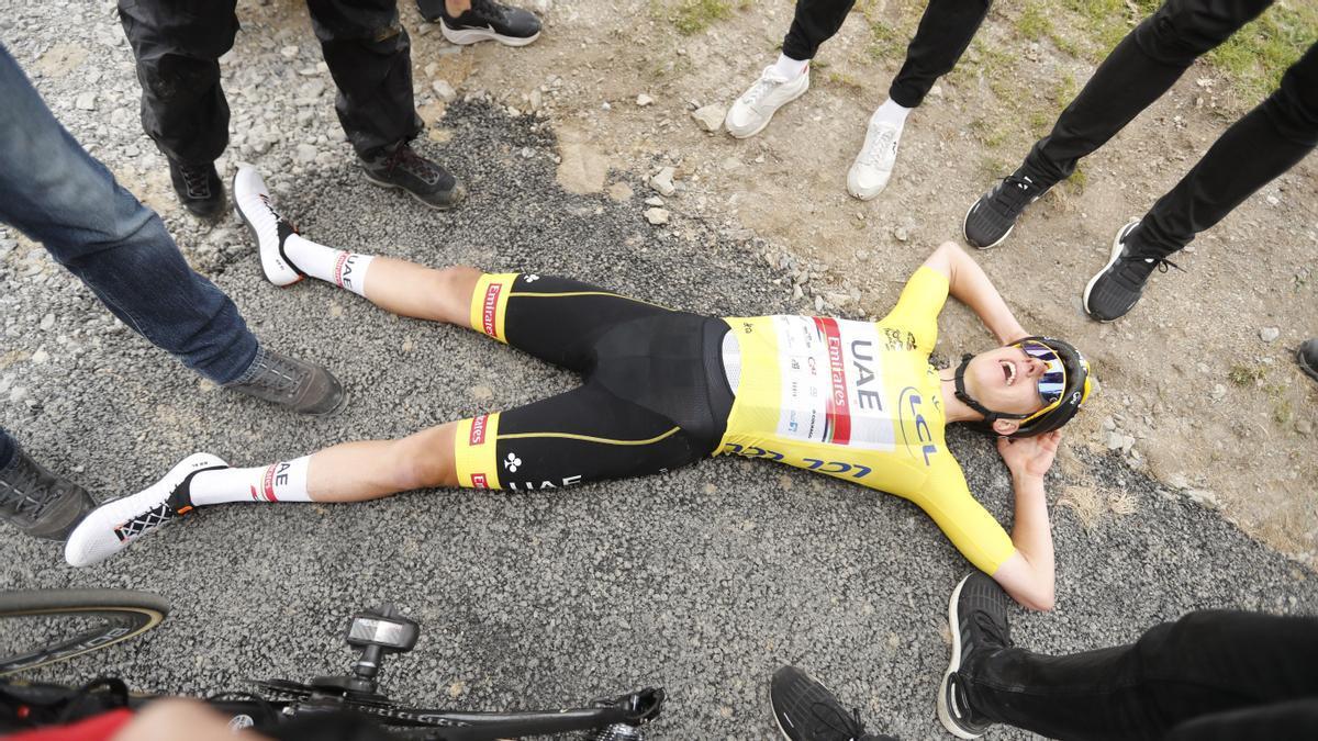 Pogacar tras ganar la 17 etapa del Tour se tumba en el asfalto