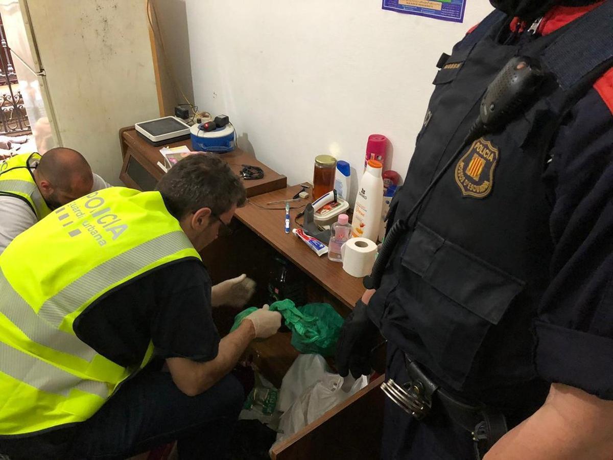 Registro policial en un narcopiso de Ciutat Vella.