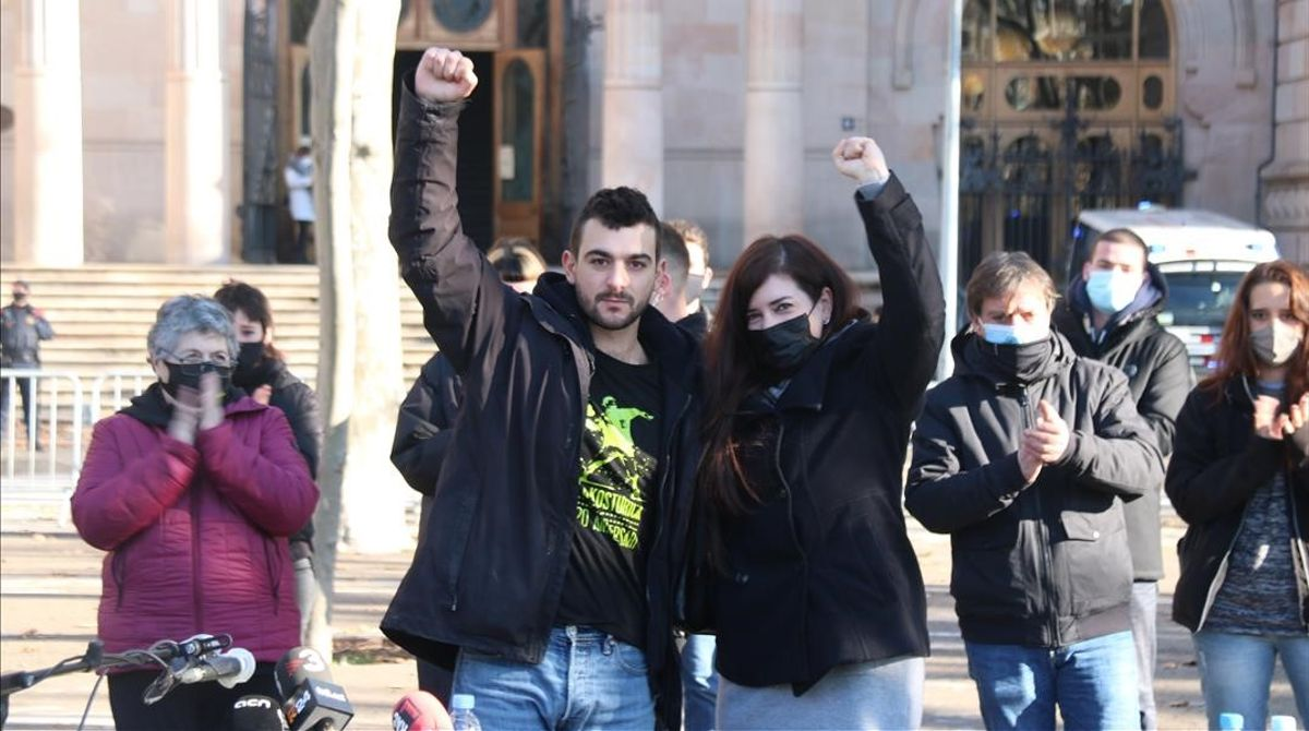 Adrià Carrasco y Tamara Carrasco a las puertas del Tribunal Superior de Justícia de Catalunya.