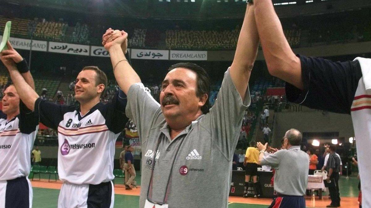 Juan de Dios Román celebra con sus jugadores la victoria sobre Francia en cuartos de final del Mundial de Egipto de 1999.