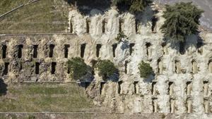 Imagen aérea de fosas cavadas en Estambl en previsión de posibles víctimas de coronavirus.