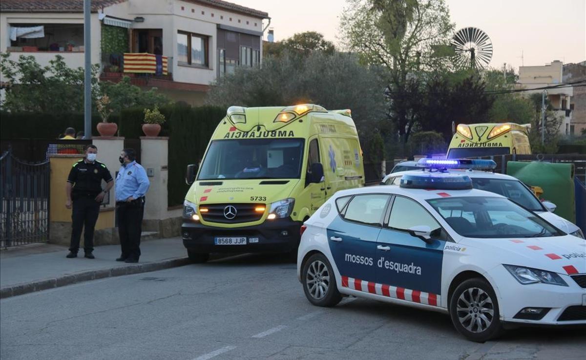 Policía local, Mossos y ambulancias al lado de la casa donde la niña sufrió el accidente, en La Bisbal.