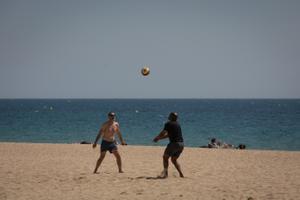 Dos hombres juegan al voleibol en la playa del Bogotell el día de la presentación del protocolo para el control del aforo de playas.