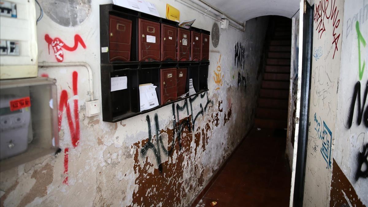 Escalera del número 8 de la calle de la Reina Amàlia (Raval), donde los traficantes de droga han ocupado un piso y el tejado.
