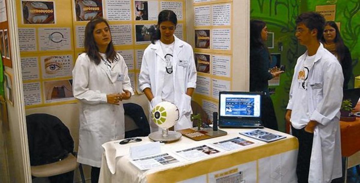 Uno de los estands de la muestra Exporecerca Jove de este año, en la que tres jóvenes muestran su trabajo.