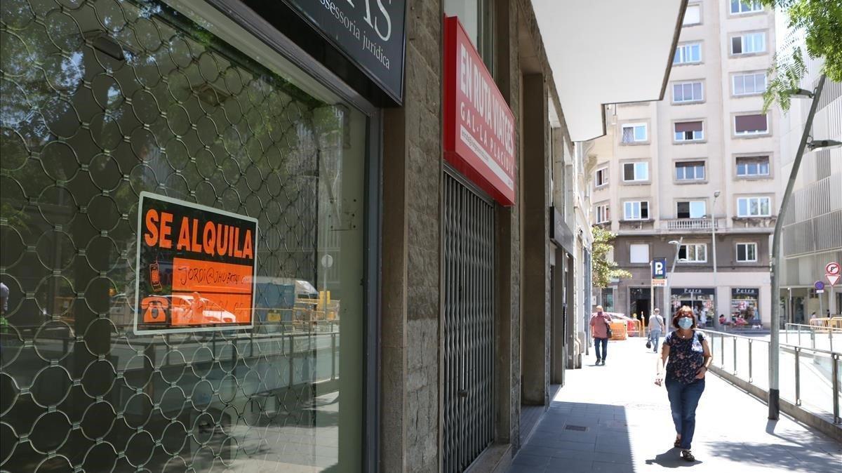 Un local cerrado en la plaza de Gal.la Placídia de Barcelona.